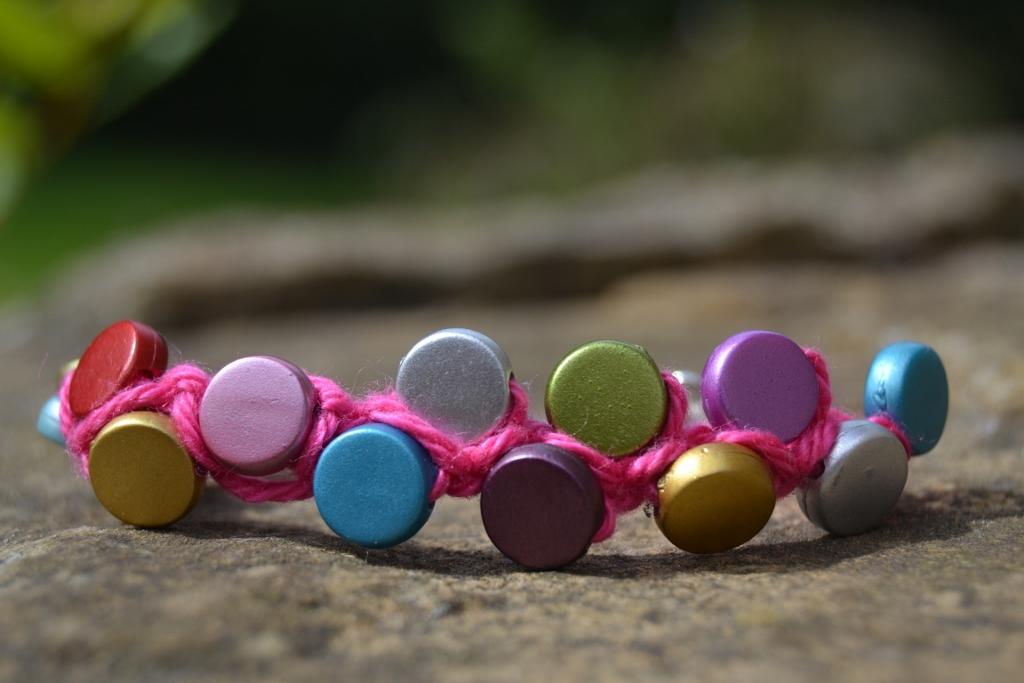 Diy : un bracelet de perles et bouts de laine récupérés