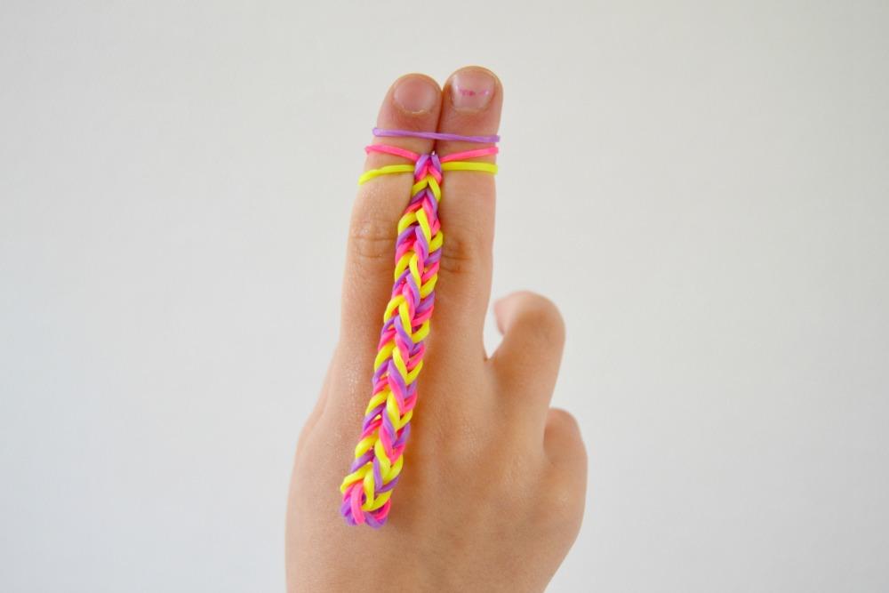 Faire un bracelet avec des lastiques et ses doigts maman tt faire - Comment faire bracelet elastique ...