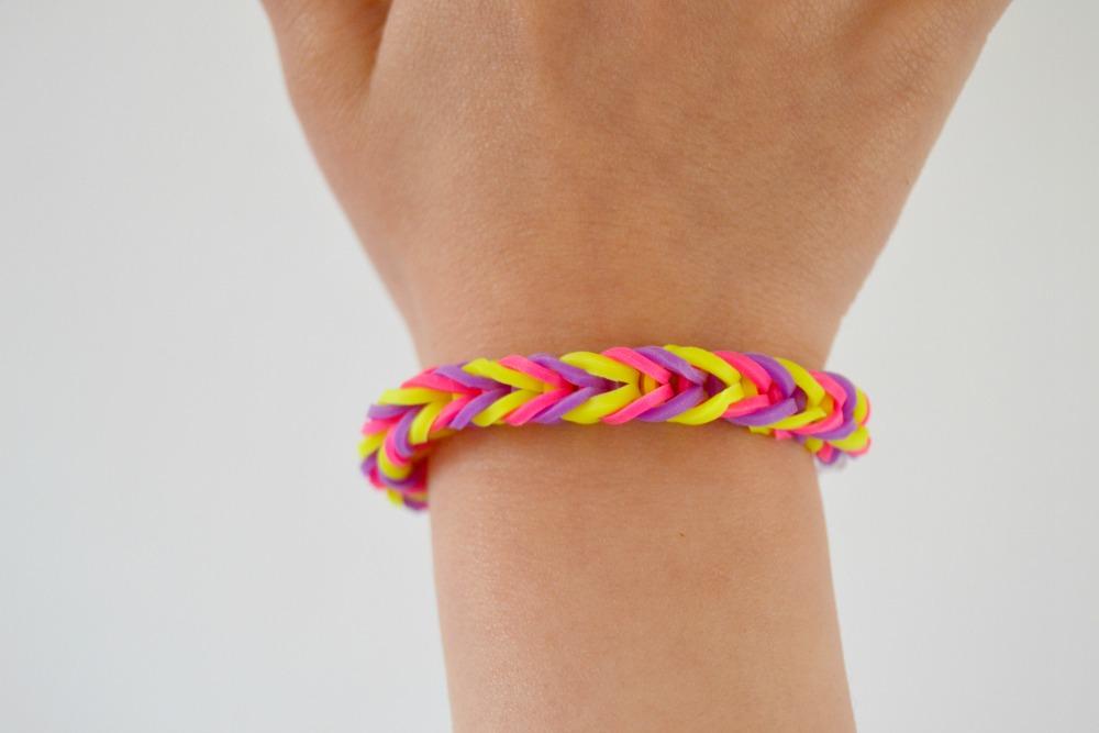 faire un bracelet avec des lastiques et ses doigts maman tt faire. Black Bedroom Furniture Sets. Home Design Ideas