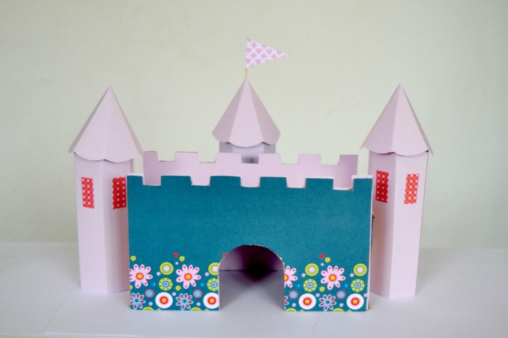 château en carton https://www.mamanatoutfaire.com/carton-2/diy-le-chateau-en-carton.html