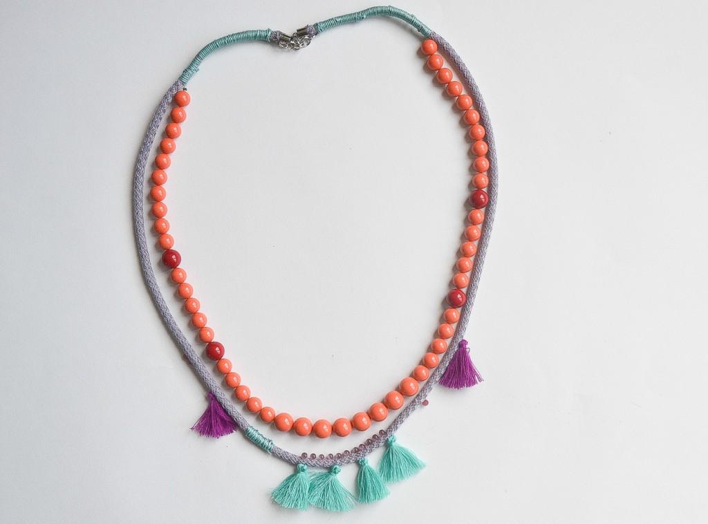 collier perles et pompons