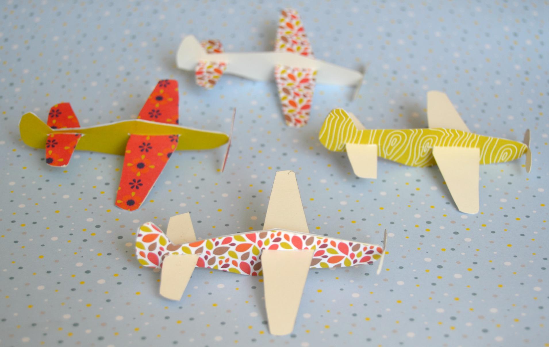 Activit enfant faire des avions en papier maman - Comment faire un porte avion en papier ...